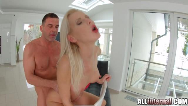Blondine wird gefüllt mit Sperma