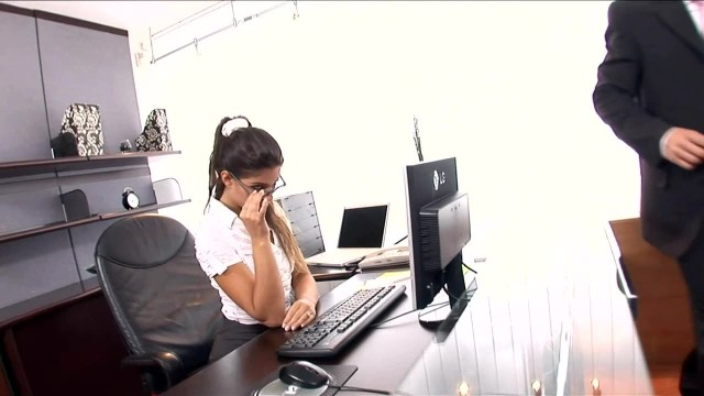 Geile Sekretärin in Dessous im Büro