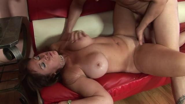 Sexy MILF mit großen Kurven saugt